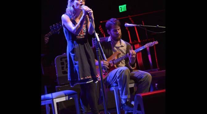 Fiona Apple se presento ayer en vivo junto con el músico Blake Mills en Los Angeles