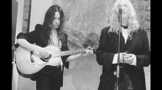 PJ Harvey y Patti Smith tocando juntas por primera ocasión, velas aquí.