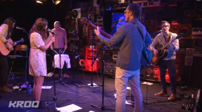 """Weezer y Bethany Cosentino de Best Coast tocando en vivo """"Go Away"""" en KROQ radio velo aqui."""
